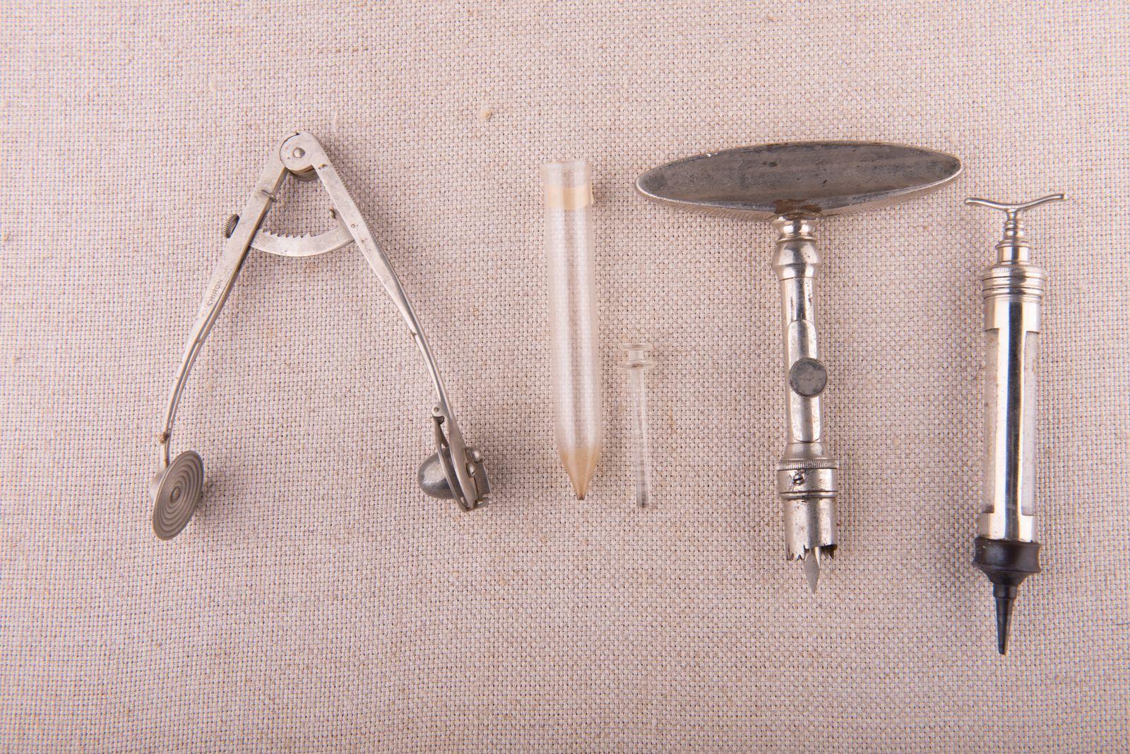 Muzei18_Инструмент за кръвоспиране, шприц, скарификатор (инструмент за пускане на кръв) и спринцовка. Инструменти от първата половина на 20-ти век