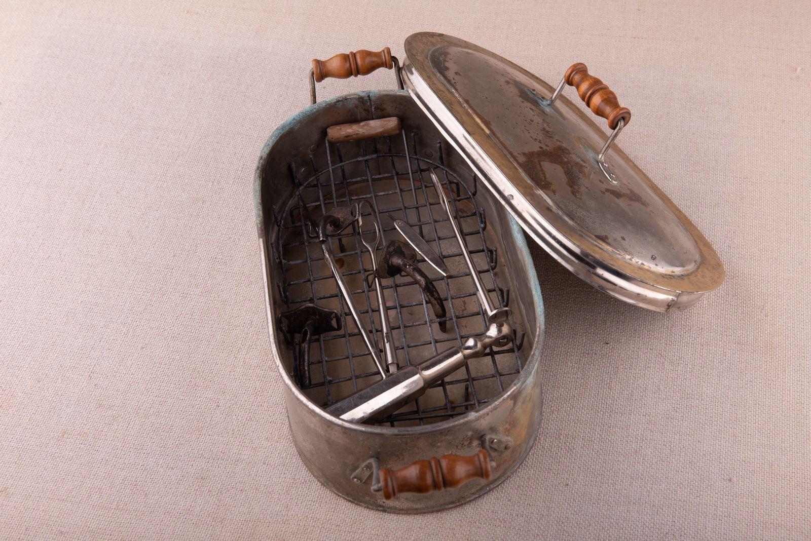 Muzei44_Стерилизатор с медицински инструменти от началото на 20-ти век