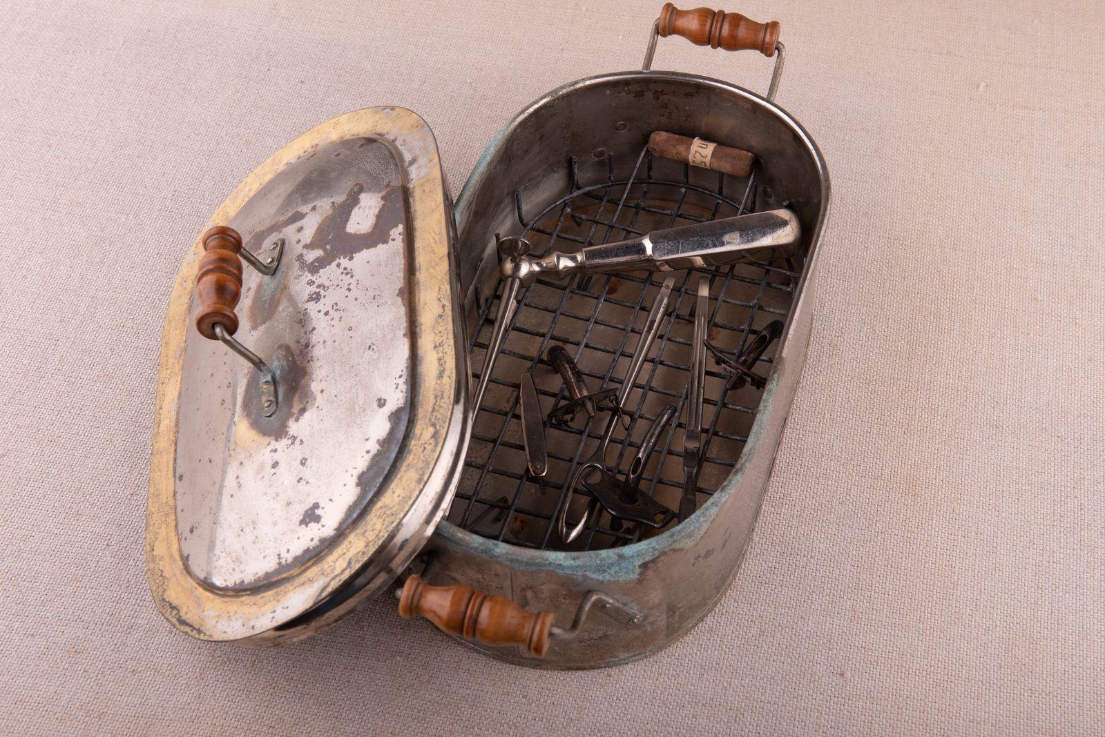 Muzei48_Стерилизатор с медицински инструменти от началото на 20-ти век