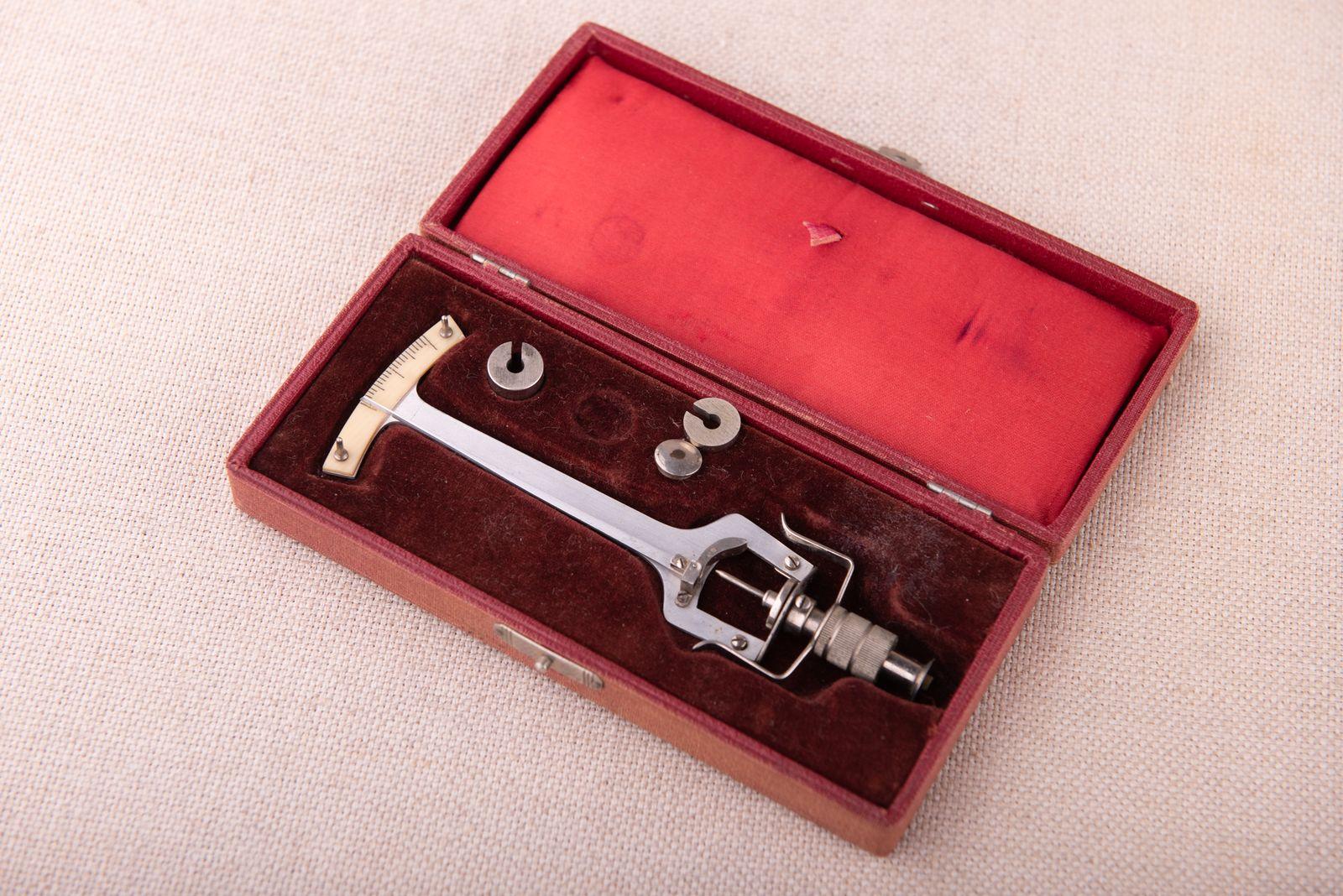 Muzei62_Апарат за мерене на вътреочно налягане от 30-те години на ХХ в