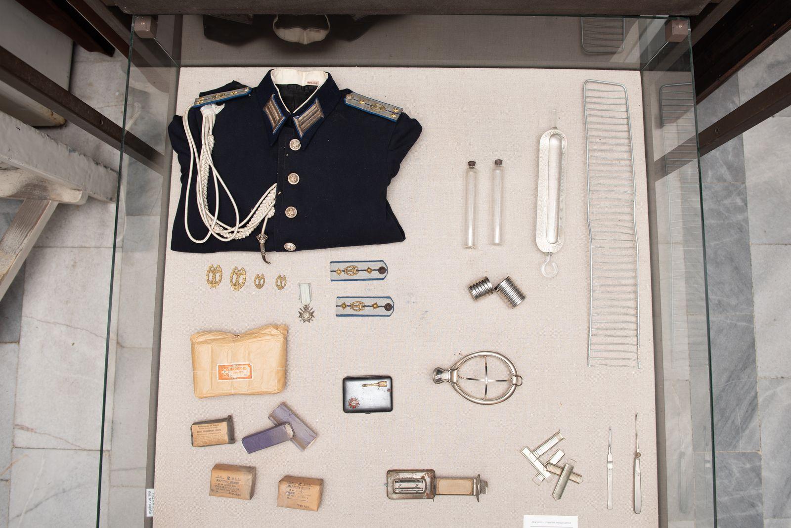 Muzei66_Военна униформа на лекар, пагони, орден, медицински инструменти и предмети, санитарни пакети