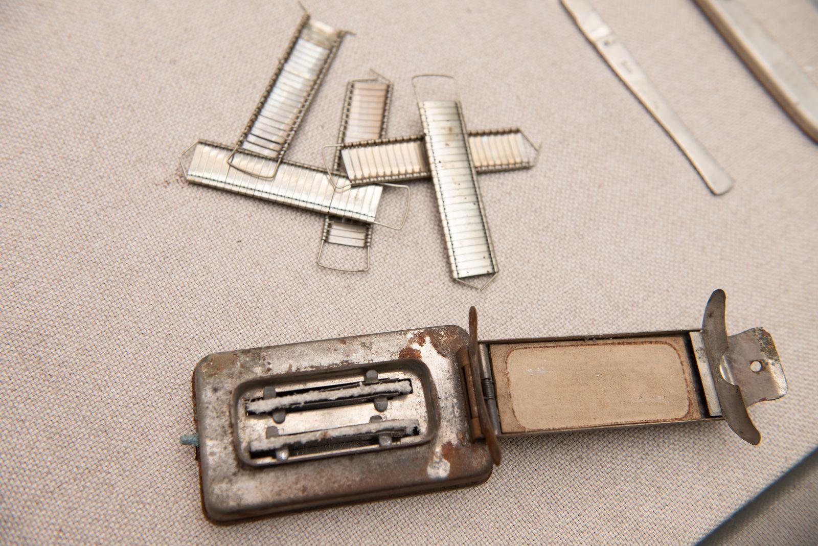 Muzei69_Спиртник, метален с капак и комплекти аграфи от средата на 20-ти век