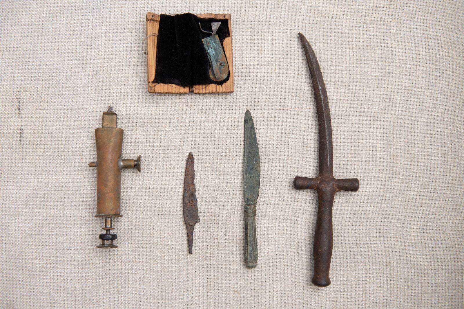 Muzei75_Нищери, ножове и бръснач. Инструменти използвани за пускане на кръв от края на 19 век.