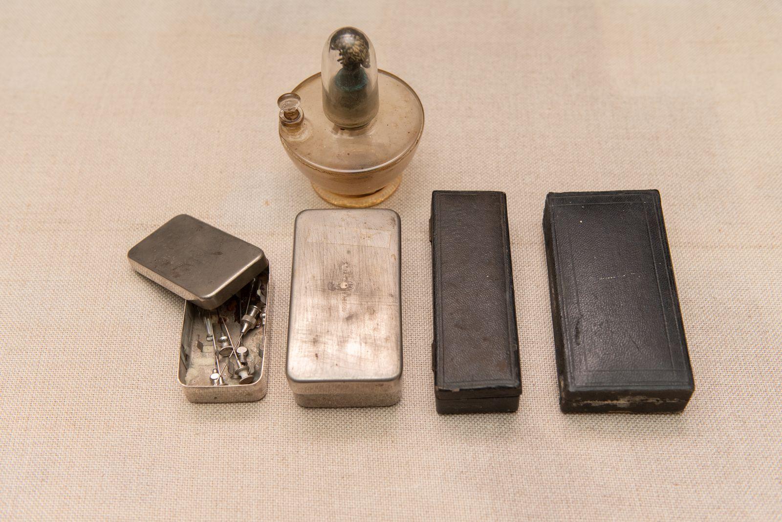 Muzei85_Спиртник, кутии за спринцовки и набор от игли от началото на 20-ти век
