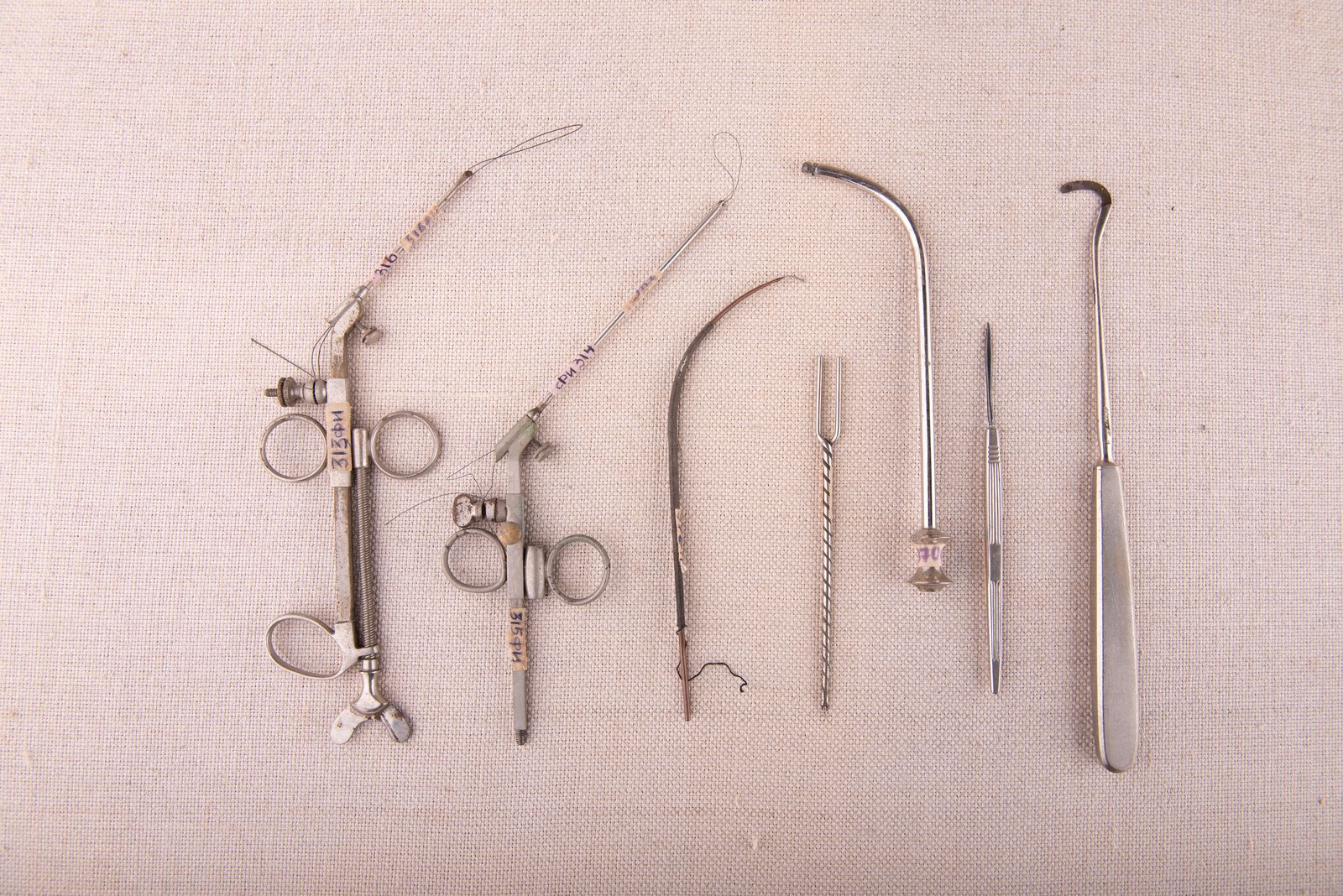Muzei96_Медицински инструменти от първата половина на 20-ти век - инструменти за тонзилектомия, каутери за обгаряне, сонда, пика за манту, скалпел