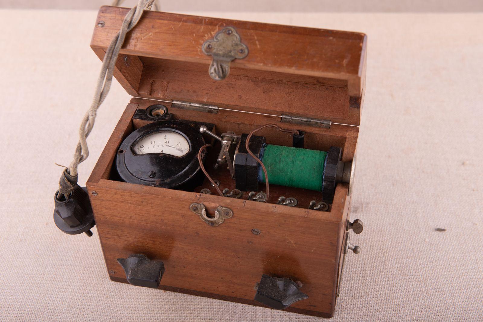 Muzei116_Честотен генератор за измерване на гласните връзки, първа половина на ХХ в. – не влиза в нито една от 4-те категории