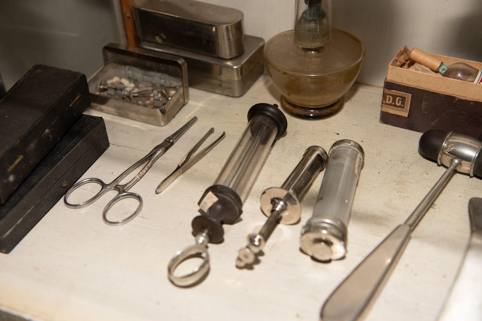 Muzei209_Петри с ампули, спринцовки, иглички от първата половина на 20-ти век