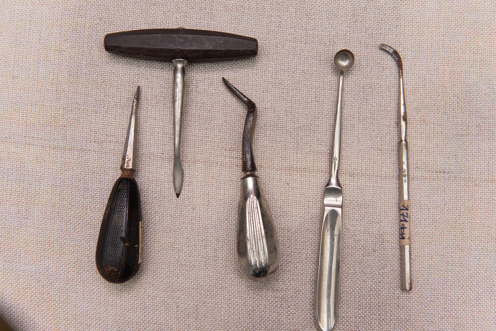Muzei94_ Медицински инструменти от първата половина на 20-ти век - зъболекарски лостове, скалпел