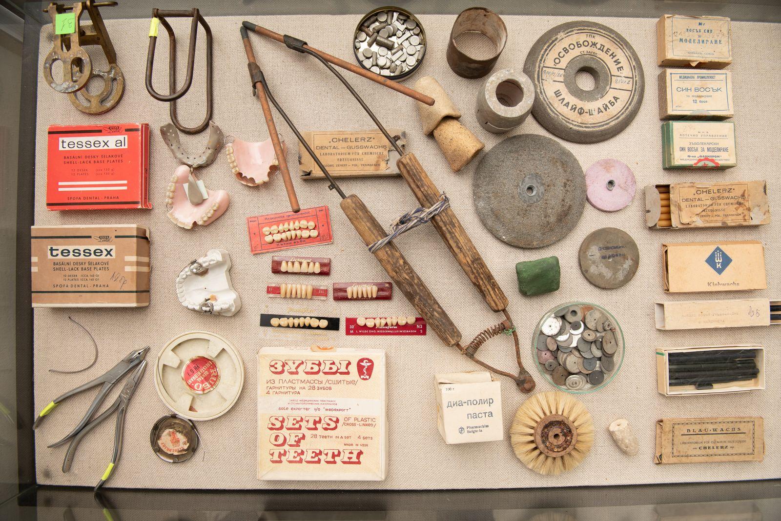 Muzei221_Зъботехнически инструменти, материали и пособия, необходими за изработване на ортодонтски апарати, шини и зъбопротезни конструкции за възстано