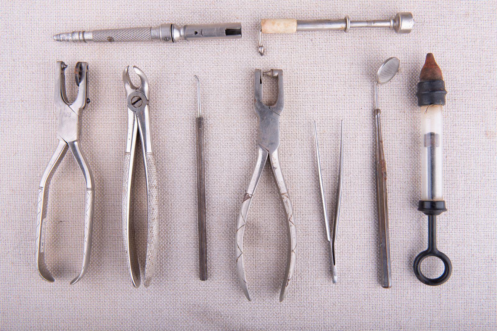 Muzei229_Зъболекарски личен инструментариум – наконечник, клещи и др. Инструменти, използвани за преглед и лечение на пациенти – средата на ХХ век