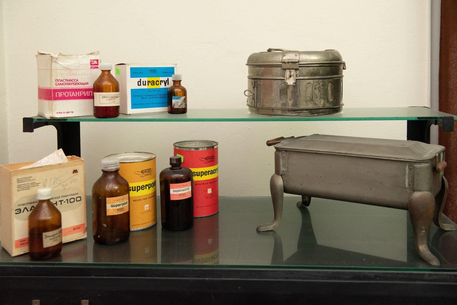Muzei227_Зъботехнически материали пластмаси, използвани в зъботехническата практика, стерилизатор и барабан