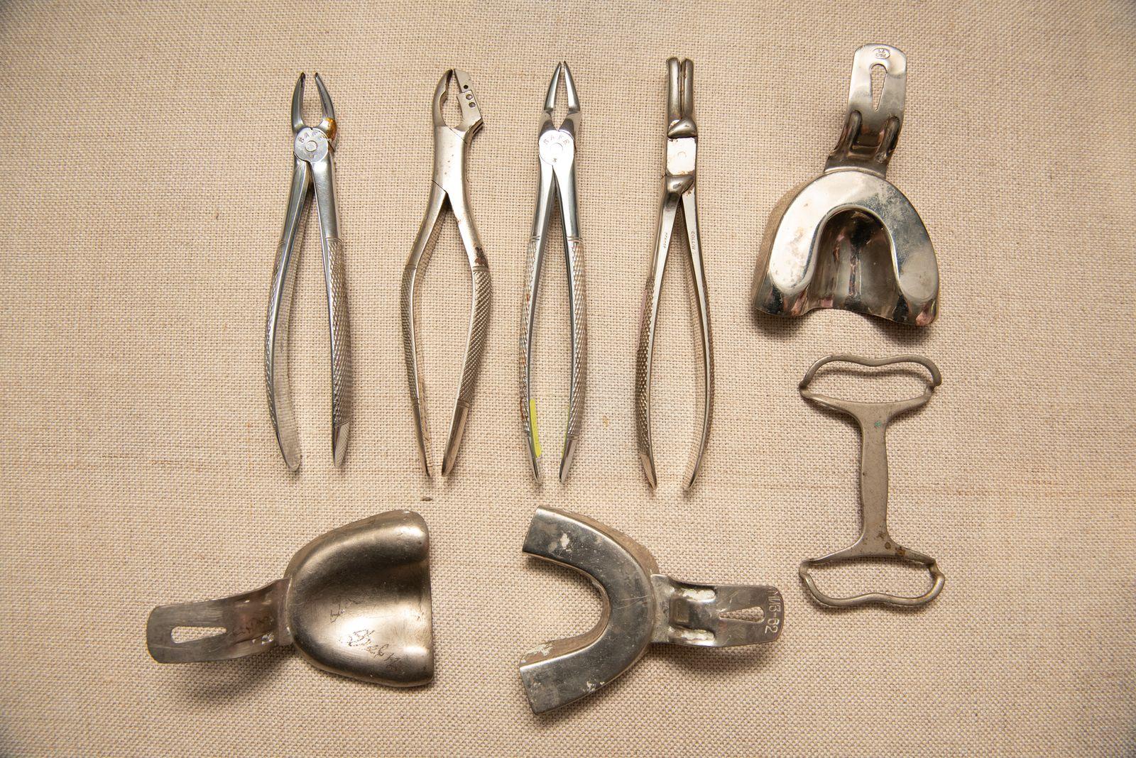 Muzei232_Зъболекарски клещи и метални лъжици за вземане на отпечатък - средата на ХХ век
