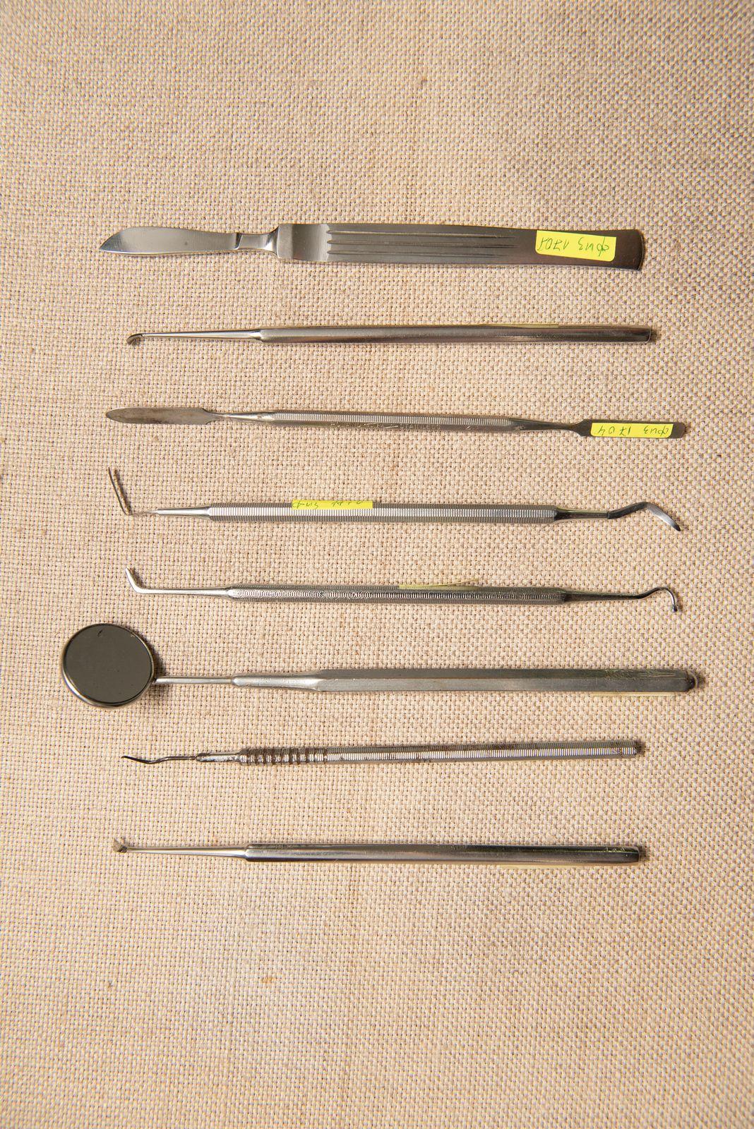 Muzei236_Стоматологичен инструментариум за преглед и скалпел от средата на ХХ век