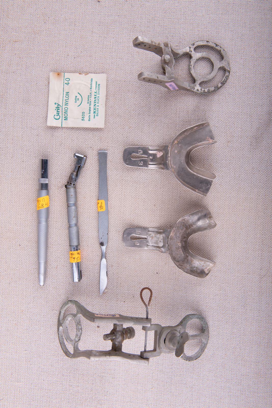 Muzei242_Стоматологични наконечници, скалпел и метални лъжици за вемане на отпечатък от долна зъбна редица