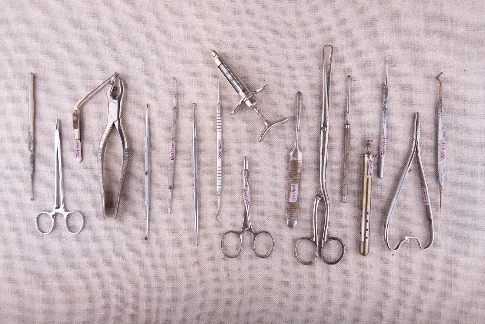 Muzei243_ Личен стоматологичен инструментариум за преглед и хирургични манипулации