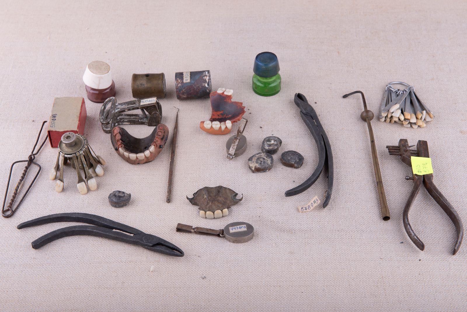 Muzei245_Частични протези, разцветки за определяне на цвета на зъбопротезни конструкции, инструменти, препарати и предмети от зъботехническа лаборатори