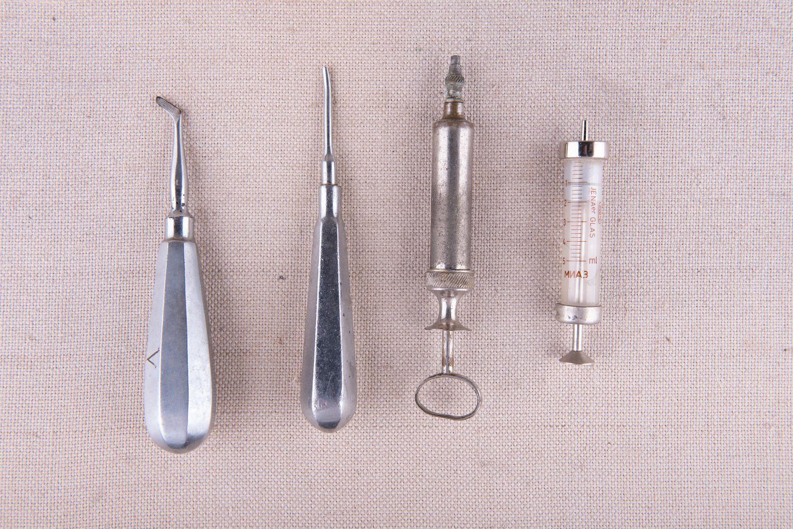Muzei275_Зъболекарски инструменти за вадене на зъби и спринцовки
