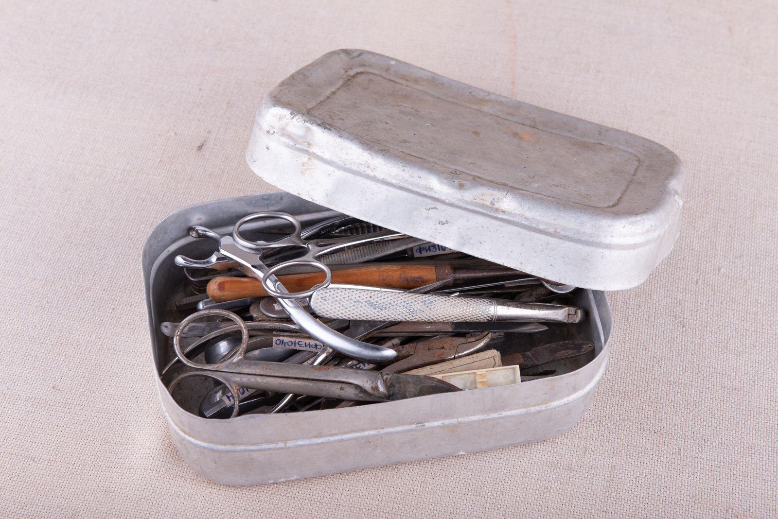 Muzei281_Зъболекарски инструменти в кутия