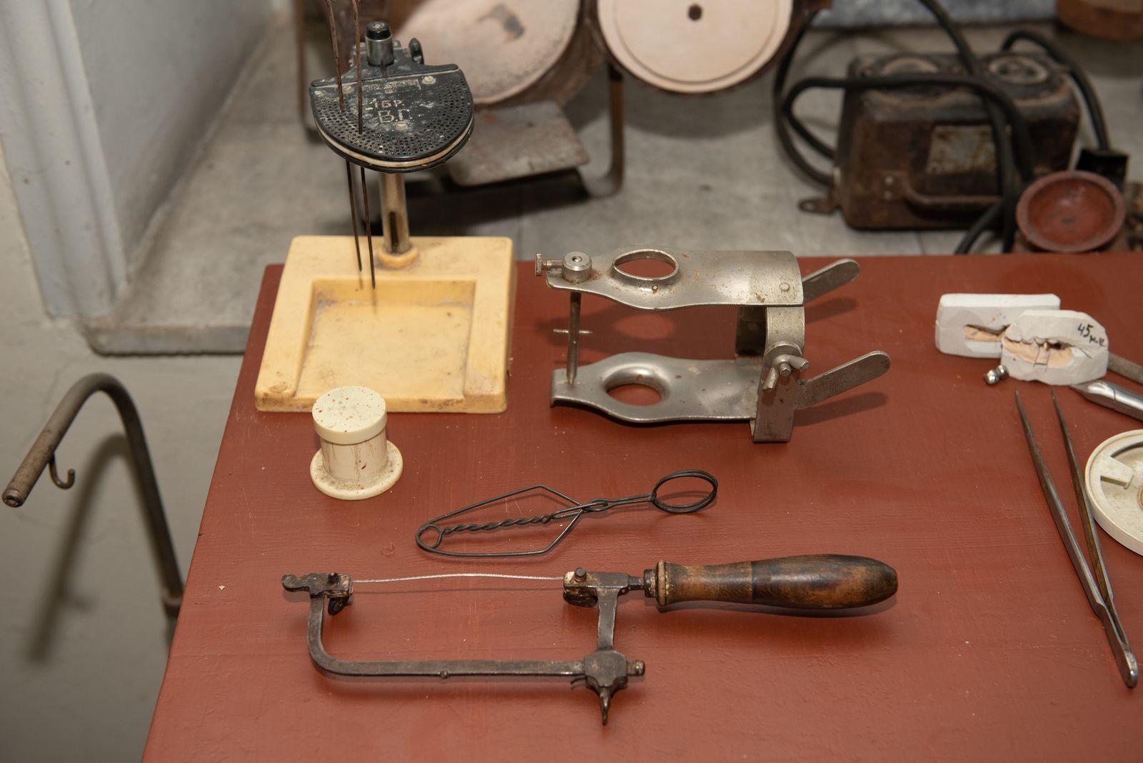 Muzei299_Зъботехнически личен инструментариум – щипка и чашка с молдин за работа по метода Хербст Адапта, лъкче с трионче, пинсета и оклудатор
