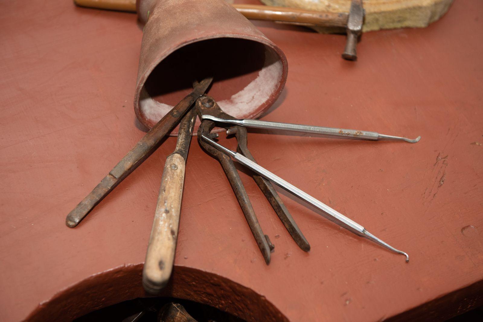 Muzei302_Зъботехнически личен дребен инструментариум и гуменица за разбъркване на гипс от средата на ХХ век