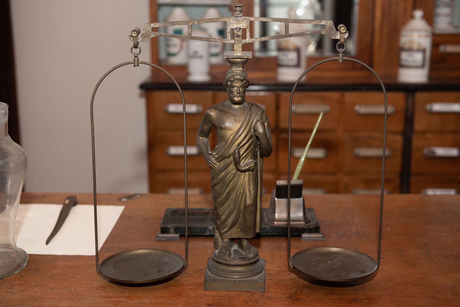 Muzei137_Аптекарска везна с фигура на Асклепий от първите години на 20-ти век