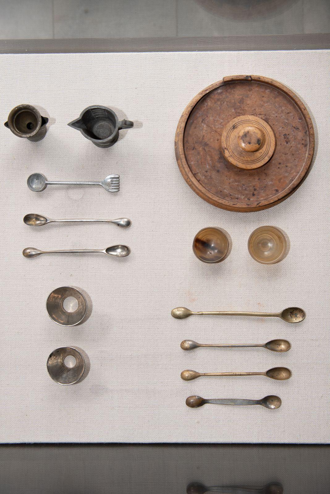Muzei177_Мензура, съд за тариране, метални фунии, съд за тариране и лъжички за дозиране от първите години на 20-ти век