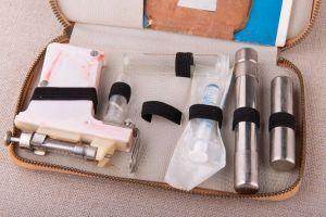 Muzei37_Апарат (пистолет) за поставяне на инсулин, произведен е в Германия, състоящ се от пластмасов пистолет с метален  накрайник и пластмасова с