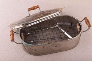 Muzei42_Стерилизатор с хирургически инструмент за вадене на сливици (тонзилектомия) от Варненската Мариинска държавна болница от началото на 20-ти