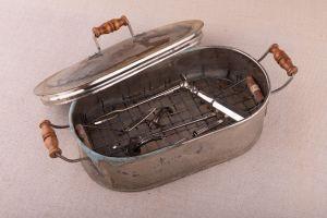 Muzei49_Стерилизатор с медицински инструменти от началото на 20-ти век