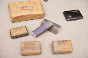 Muzei67_Санитарни пакети, марли и кутийка за орден от средата на 20-ти век