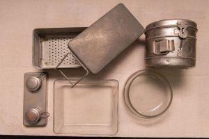 Muzei86_Стерилизатор, барабан за съхранение на марли, спиртник и ванички. Медицински инструменти и предмети от началото и средата на 20-ти век
