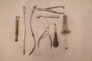 Muzei89_Медицински инструменти от първата половина на 20-ти век - накрайник към пантостат с прекъсвач, кюрета, сонда, иглодържател, клещи, сондодъ
