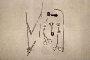 Muzei90_ Медицински инструменти от първата половина на 20-ти век - инструмент за мерене на височината на лицето, ножица, хирургическа, слушалка