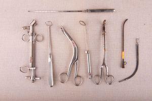 Muzei95_Медицински инструменти от първата половина на 20-ти век - инструмент за тонзилектомия, пинцета, кюрета, хирургическа, катетър, огледалодърж