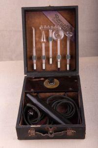 Muzei113_Дарсонвал, физиотерапевтичен апарат с пет стъклени приставки. Произведен от Renulife Elec co. Детройт, САЩ