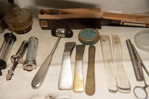 Muzei210_Спринцовки, шпатули, препарати, спиртник и неврологично чукче от първата половина на 20-ти век