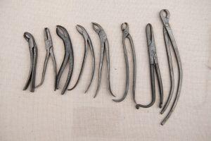 Muzei74_Клещи за вадене на зъби от 18-19 век