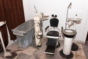 Muzei79_Зъболекарски стол с принадлежащия към него инвентар от средата на 20-ти век.