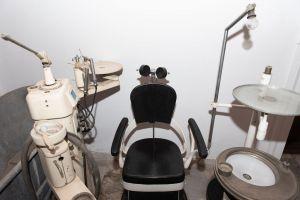 Muzei80_Зъболекарски стол с принадлежащия към него инвентар от средата на 20-ти век