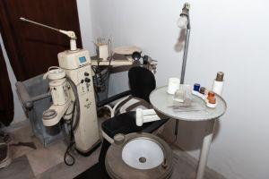 Muzei82_Зъболекарски стол с принадлежащия към него инвентар от средата на 20-ти век.