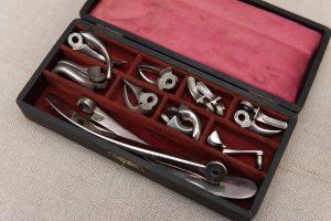 Muzei93_Комплект зъболекарски клещи в кутия от първите години на 20-ти век