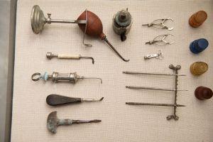 Muzei218_Зъболекарски шишета, лампа, помпа стойка за инструменти, зъболекарски исрументи от първата половина на 20-ти век