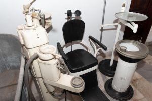 Muzei81_Зъболекарски стол с принадлежащия към него инвентар от средата на 20-ти век