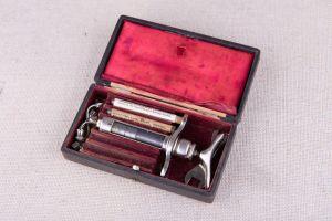 Muzei267_Комплект спринцовка с 5 накрайника, зъболекарска от първите години на 20-ти век