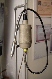 Muzei303_Зъботехнически висящ мотор за обработка на зъбопротезни кнострукции-производство ГДР от 70-те години на ХХ век.