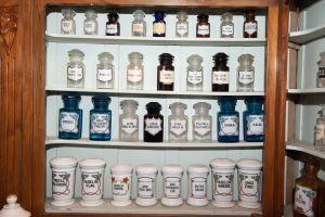 Muzei126_Аптечени стелажи с аптечни буркани и шишета от първите години на 20-ти век