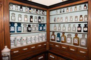Muzei124_Аптечени стелажи с аптечни буркани и шишета от първите години на 20-ти век