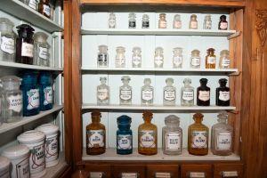 Muzei125_Аптечени стелажи с аптечни буркани и шишета от първите години на 20-ти век