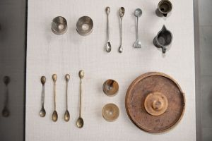 Muzei176_Мензура, съд за тариране, метални фунии, съд за тариране, комплект за пилюли и лъжички за дозиране от първите години на 20-ти в