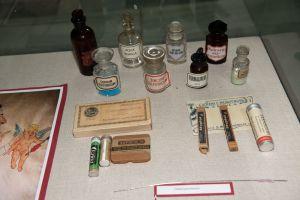 Muzei217_ Лекарствени препарати, шишета, памукодържател